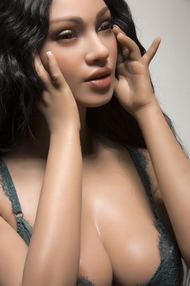 Zufriedene Sexpuppe Alina