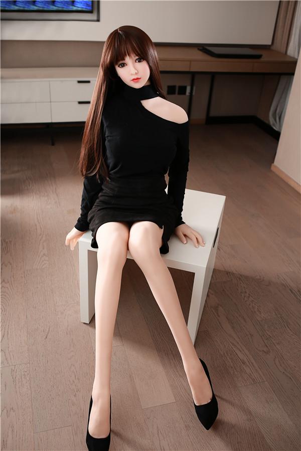 Leane-156cm Liebespuppe in einem schwarzen Pulloverkleid