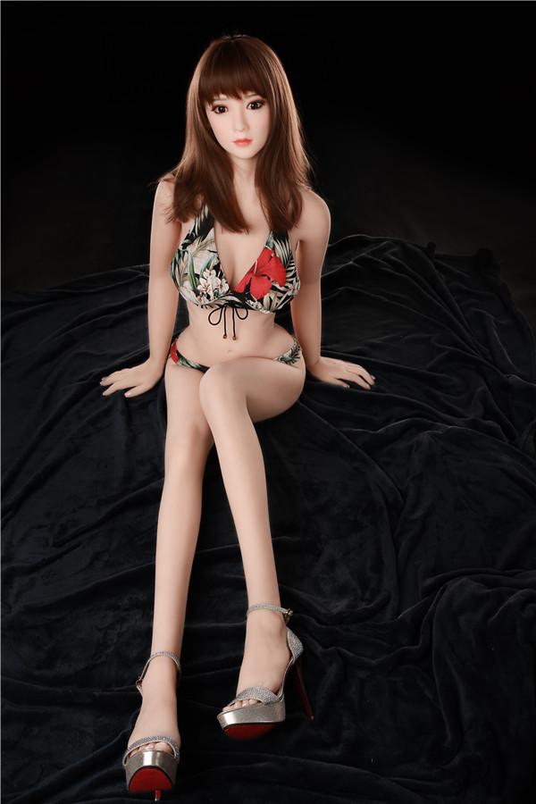 Yasmine-Girls in bedruckten Badeanzügen lieben Puppen