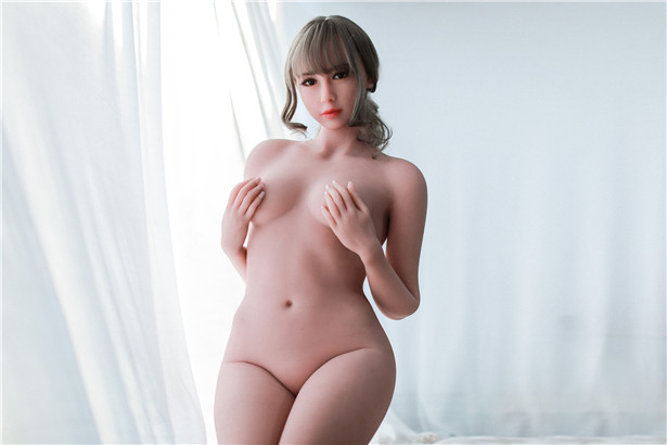 Verena Sexpuppe mit Händen, die Brust berühren