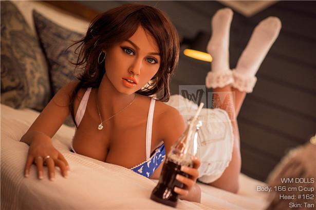 Tina Sex puppe auf dem Bett gelehnt